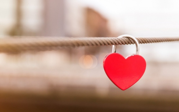 Love-lock-hanging-nice-love-wallpaper.jpg